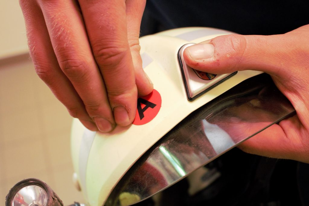 Kennzeichnung der Atemschutztauglichkeit auf dem Helm
